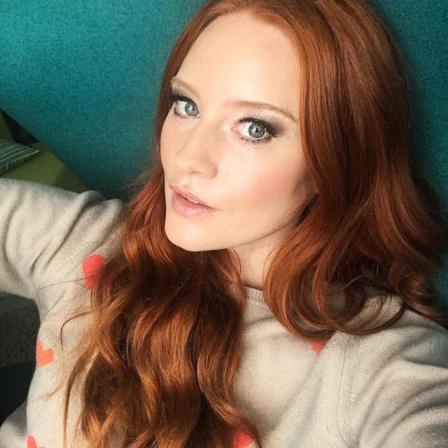 Feierabend  relaxing couching redhead pullover autumn model motd kuscheldecke